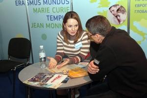 """Олександра Балясна, випускниця програми Еразмус Мундус, на виставці """"Освіта за кордоном"""""""