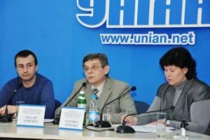 Аркадій Бущенко (в центрі фото), виконавчий директор Української Гельсінської Спілки
