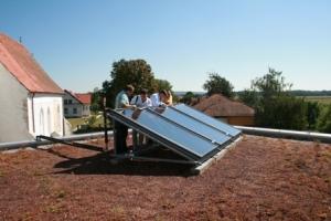 Делегація Асоціації «Енергоефективні міста України» (ЕМУ) оглядають сонячні батареї під час робочого візиту до Словенії (серпень 2012)