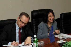 Марія Даманакі, Європейський Комісар з морської політики та рибальства (праворуч) та Ян Томбінський, голова Представництва ЄС в Україні (ліворуч)