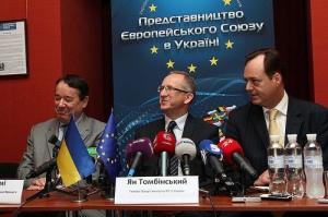 Голова Представництва ЄС в Україні Ян Томбінський (по центру), Посол Франції Ален Ремі (ліворуч) та Посол Хорватії Томіслав Відошевіч (праворуч)