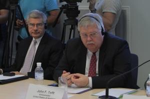 Джон Теффт, Посол Сполучених Штатів в Україні (праворуч) та Джессі Пілґрім, експерт з правових питань БДІПЛ (ліворуч)