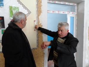 """Роман Серба, директор Маначинської школи (праворуч): """"Заняття вже закінчилися — а тепло у класі тримається""""."""