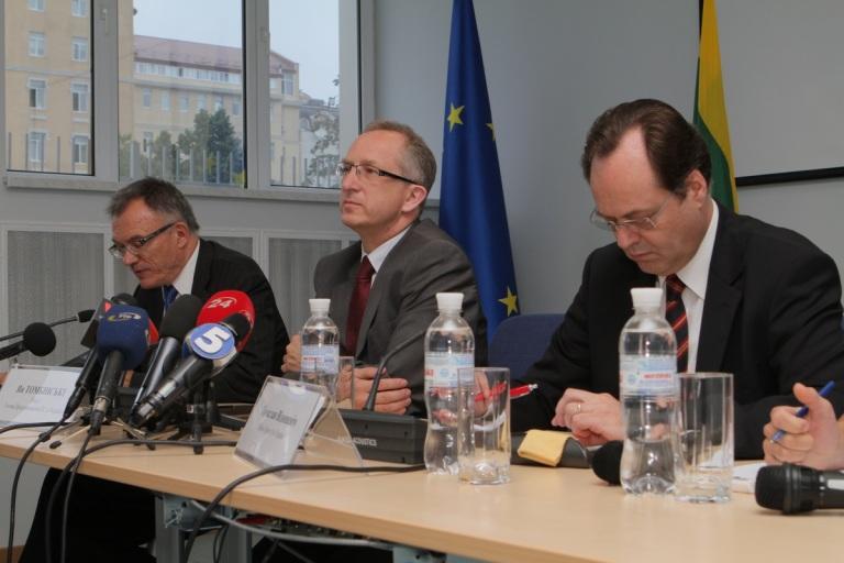 Ян Томбінські, посол Європейського Союзу в Україні (у центрі), Пятрас Вайтєкунас, посол Литовської республіки (ліворуч) та Томіслав Відошевич, посол Хорватії (праворуч)