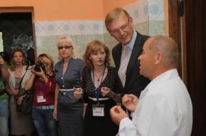 Вальтер Треттон, керівник секції інфраструктури та транспорту Представництва ЄС в Україні, говорить з Анатолієм Кривопанчуком, головлікарем амбулаторії