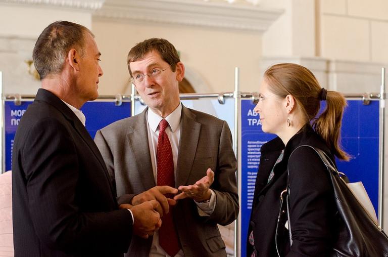 Ендрю Расбаш, Керівник Управління програм допомоги Представництва ЄС в Україні, та Юлія Стаценко, переможиця студентського конкурсу есе