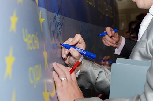 На символічній стіні бажань мешканці міста та гості заходу висловлювали свої бачення європейської України.