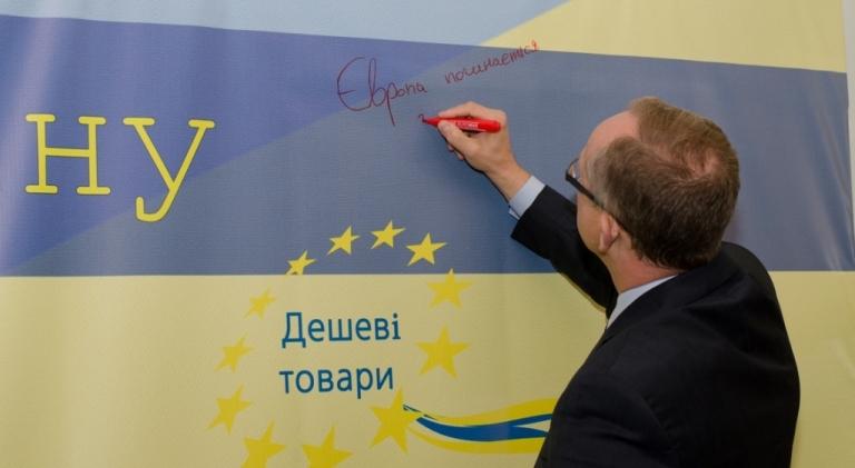 «Європа починається з тебе», - написав на стіні Посол Ян Томбінські