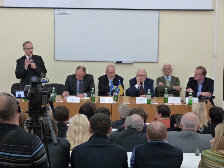 Посол Ян Томбінські та члени ініціативної групи Ініціативи Першого грудня