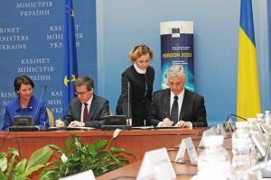 Карлуш Моедаш і Сергій Квіт підписують Угоду про асоціацію Горизонт 2020.