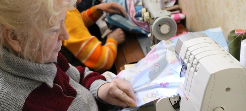 Літні волонтери контролюють владу та шиють білизнусолдатам