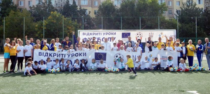 ЄС навчає дітей-переселенців футболу